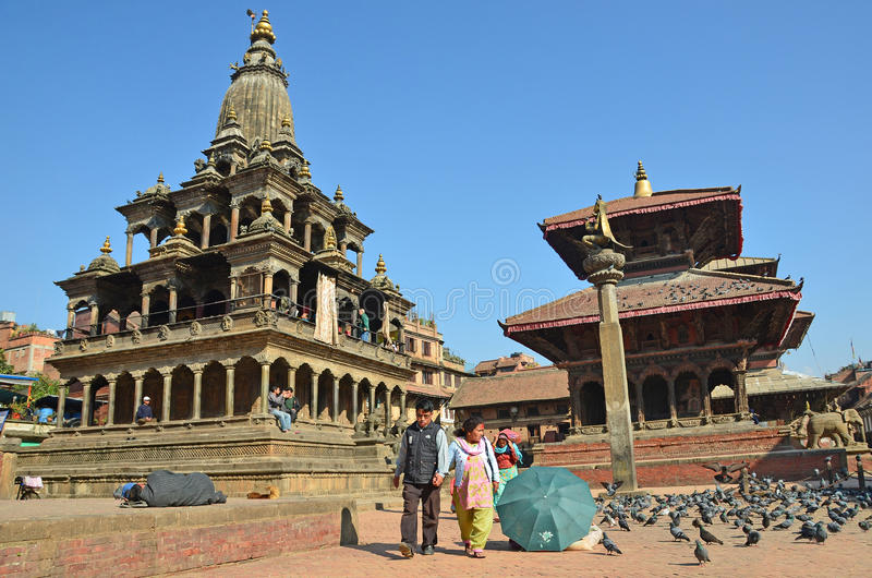 Patan,尼泊尔, 2012年10月, 26日,尼泊尔场面:走在古老Durbar广场的游人 在可以2015部分地被毁坏的正方形 库存照片