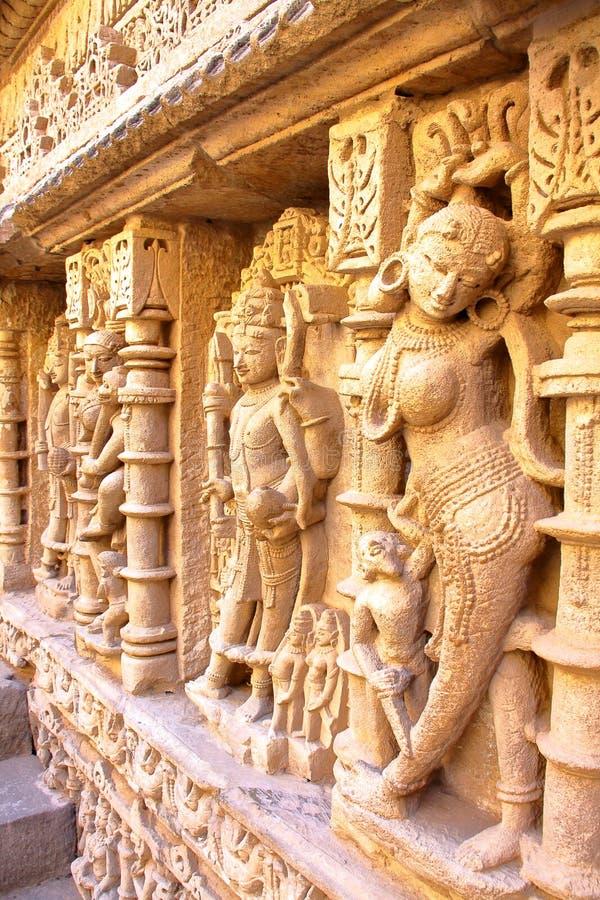 PATAN, GUJARAT, INDIA: Ranien ki Vav stepwell met overladen gravures op muren royalty-vrije stock fotografie