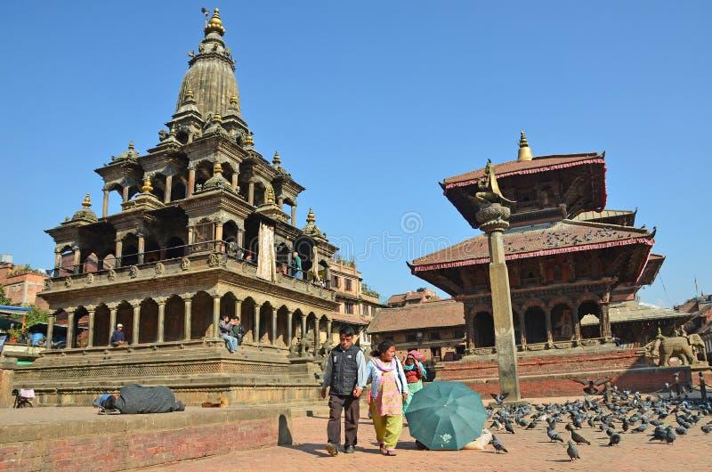 Patan Nepal, Oktober, 26, 2012, Nepaliplats: Turister som går på den forntida Durbar fyrkanten I kan fyrkant som 2015 förstörs de arkivfoton