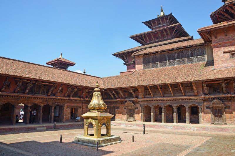 Patan, Nepal, Październik, 09, 2013, Nepalska scena: nikt, Złota rzeźba w pałac królewskim na antycznym Durbar kwadracie W wiośni zdjęcia stock