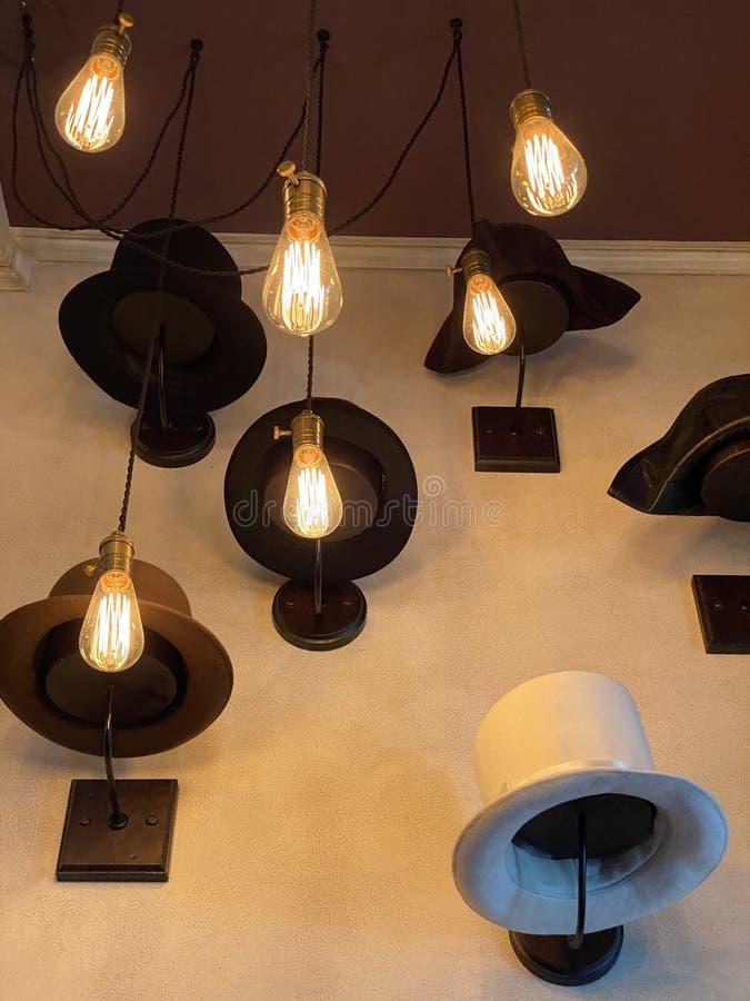 Patas y sombreros en la pared fotografía de archivo libre de regalías