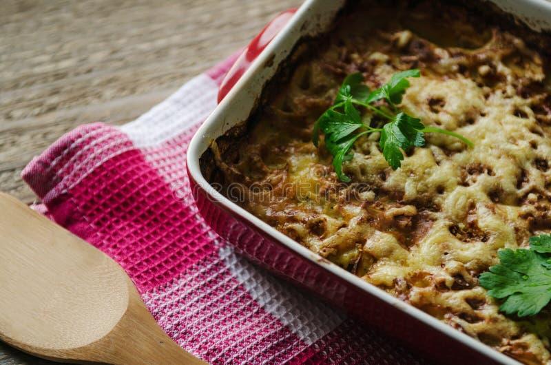 Patata al forno calda con formaggio in una ciotola fotografia stock