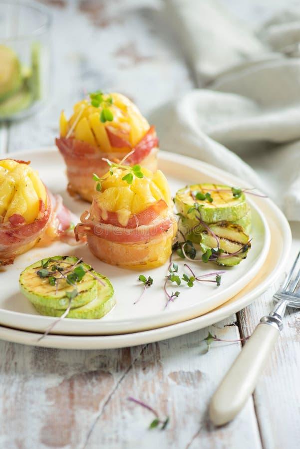 Patata arrostita con bacon sul piatto bianco immagine stock libera da diritti