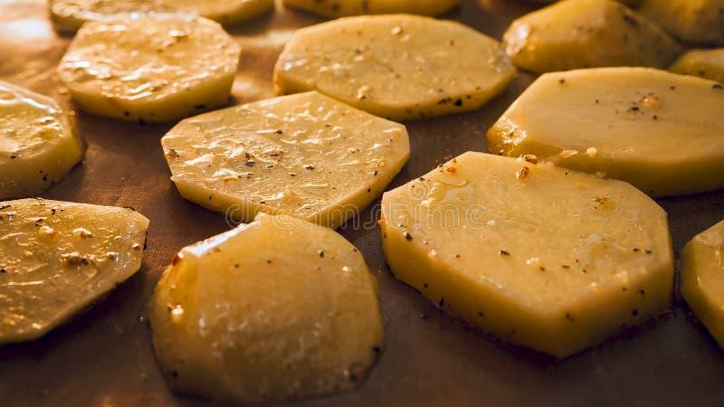Patata asada en el asador. Saltos dorados sazonados con especias imagen de archivo