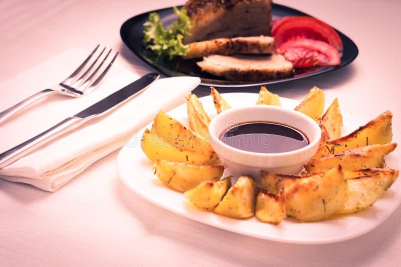 Patata asada a la parrilla con el filete fotografía de archivo
