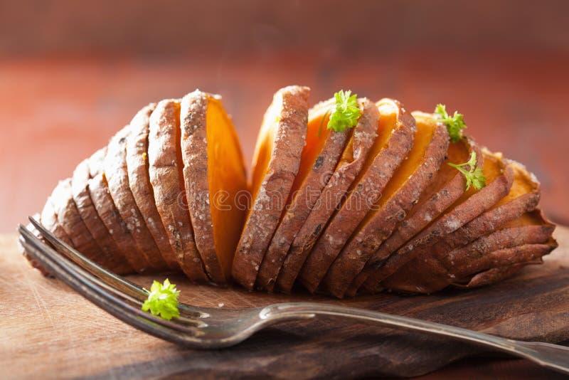 Patata cocida del hasselback imagen de archivo