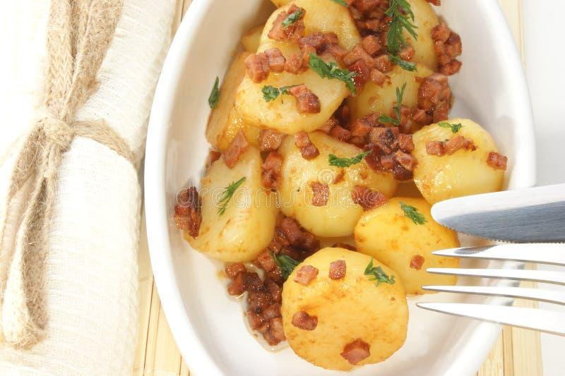 patata con los dígitos binarios del tocino como ensalada caliente fotos de archivo