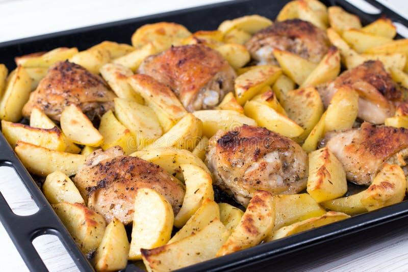 Patata con una gallina sulla griglia Piatto delizioso per la cena fotografia stock
