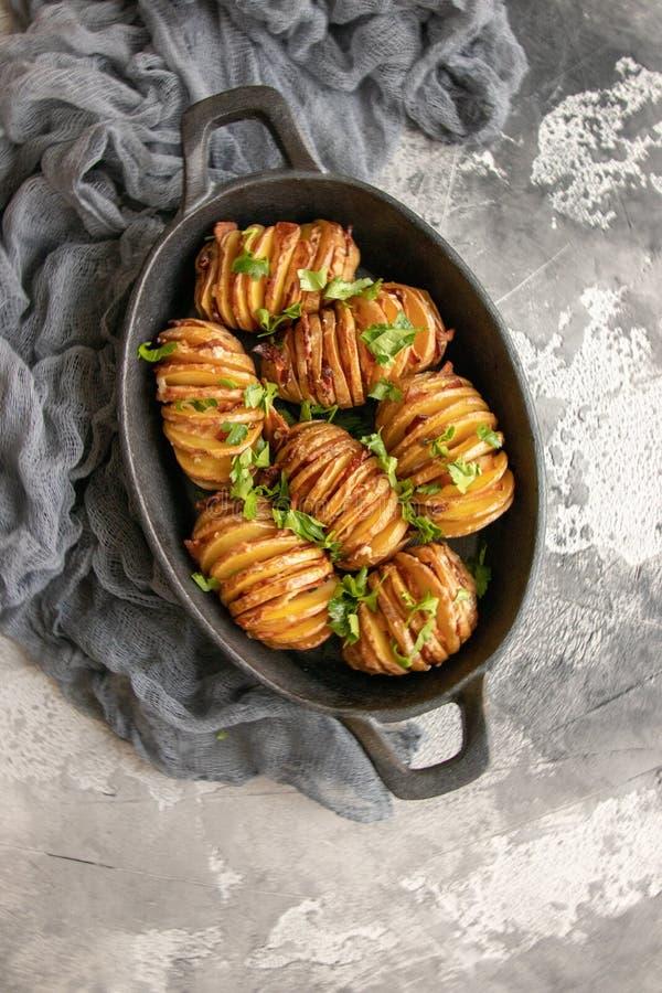 Patata cotta con bacon e pianta fotografia stock libera da diritti