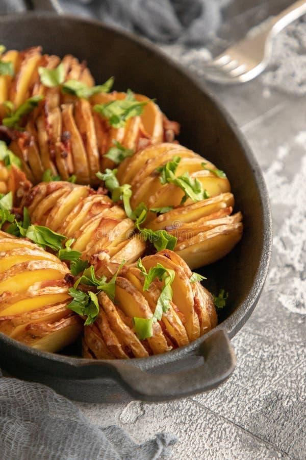 Patata cotta con bacon e pianta immagine stock libera da diritti