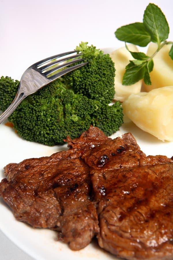 Patata cotta del broccolo della bistecca di manzo del ribeye immagini stock