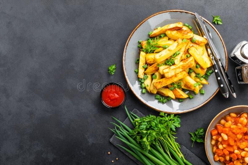 Patata cotta e fritta sul piatto sulla tavola immagine stock