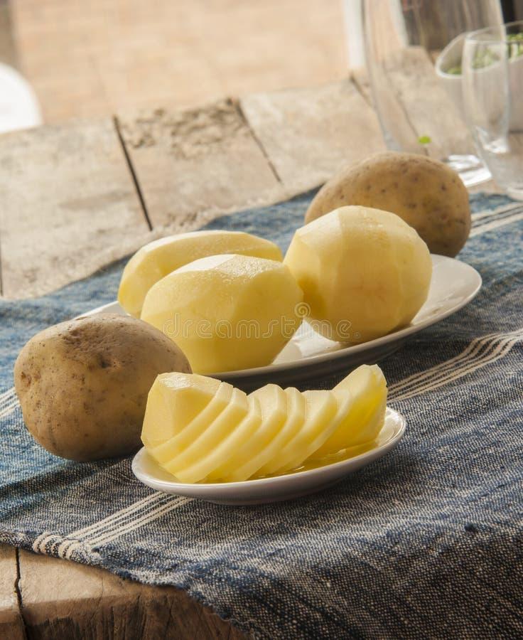 Download Patata Cruda Affettata Sul Tavolo Da Cucina Fotografia Stock - Immagine di nutrizione, fresco: 56878348