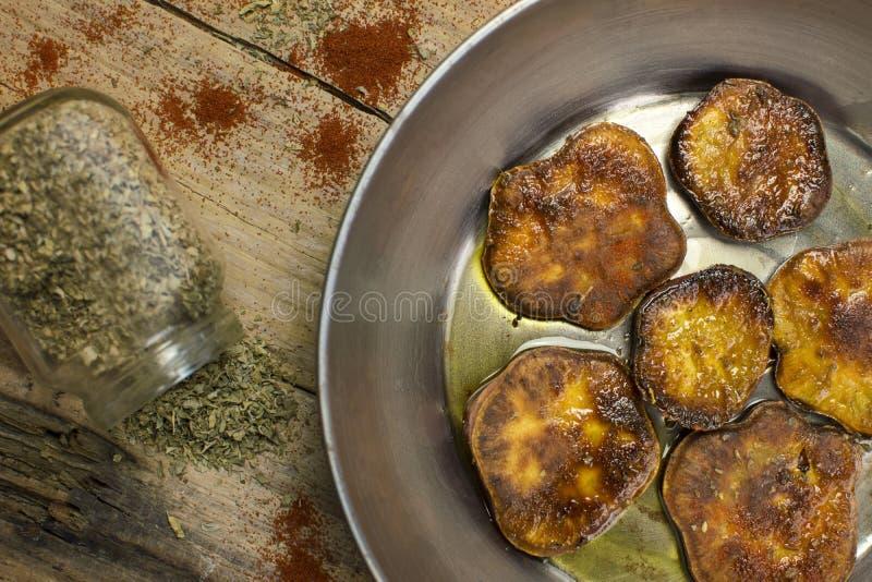 Patata dolce cotta in una padella veduta da sopra fotografia stock