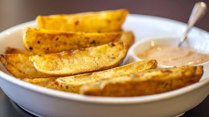 Patata dolce cucinata casalinga con le spezie e le erbe fotografia stock