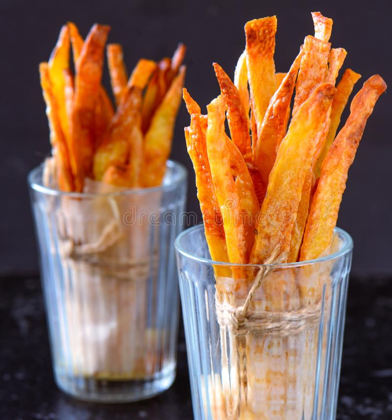 Patata dulce cocida y aperitivo de las patatas fritas fotografía de archivo libre de regalías