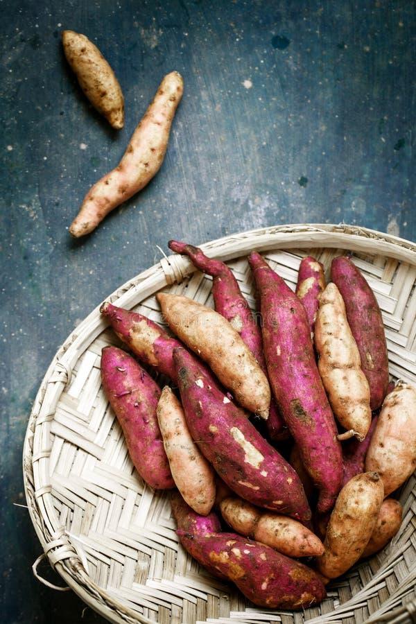 Patata dulce en una cesta fotos de archivo