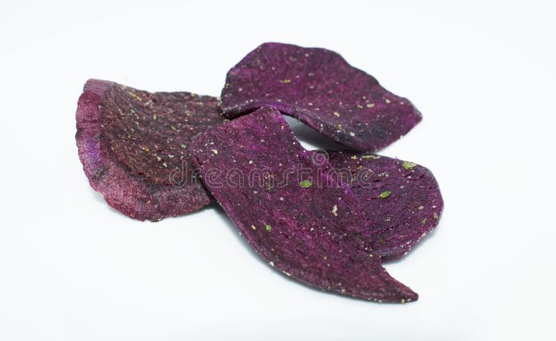patata dulce púrpura secada en el fondo - comida sana de la legumbre de frutas imagenes de archivo