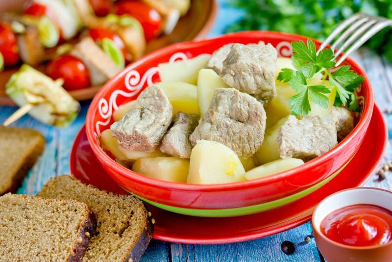 Patata e stufato della carne suina in ciotola fotografie stock