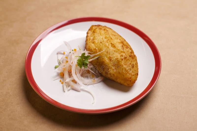 Patata rellena, comida peruana típica fotos de archivo