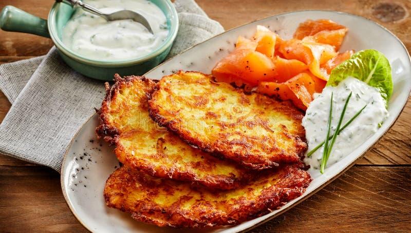 Patata Rosti, salmón ahumado y salsa cremosa del eneldo foto de archivo