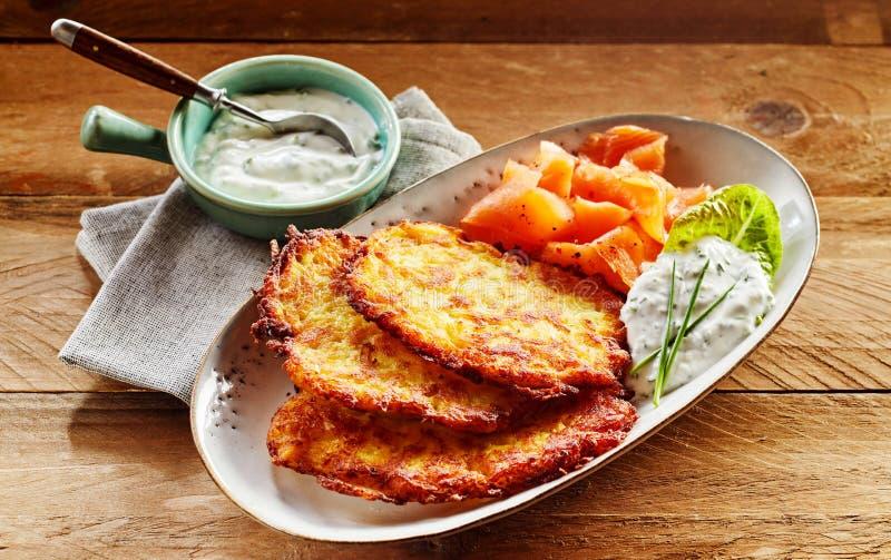 Patata Rosti, salmón ahumado y salsa cremosa del eneldo fotografía de archivo