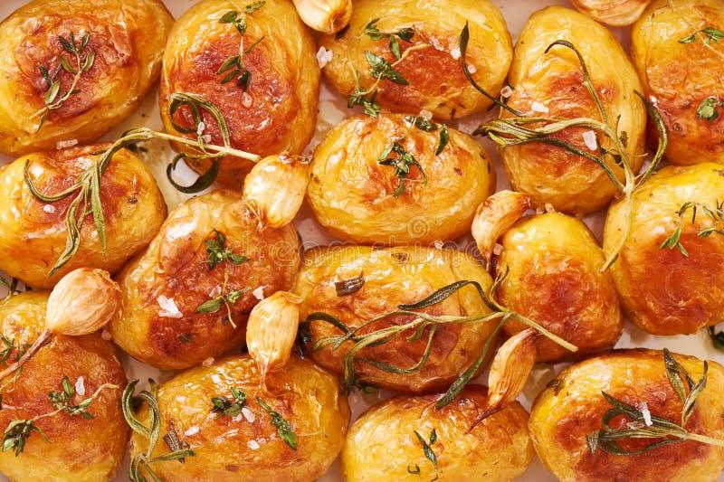 Patatas asadas con el primer del ajo, del tomillo y del romero foto de archivo libre de regalías