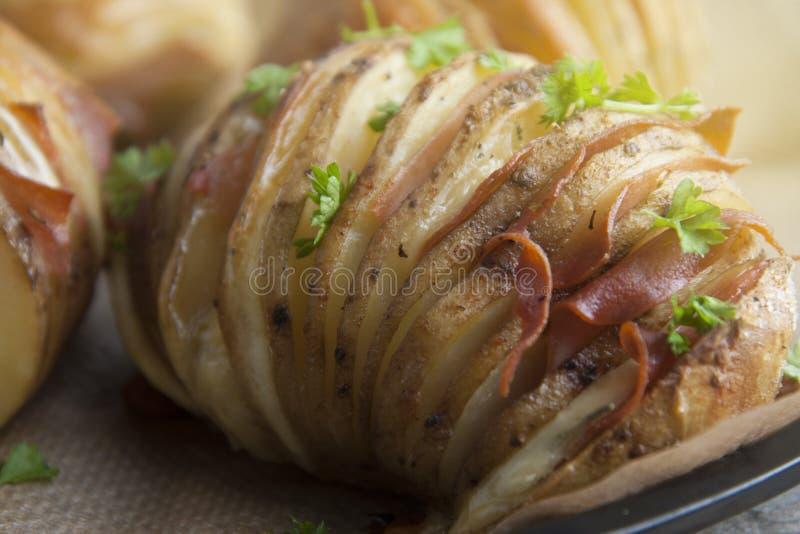 Patatas cocidas al horno con tocino y queso Comida de la patata Plato para la cena Ciérrese encima de la visión Visión superior,  imagenes de archivo