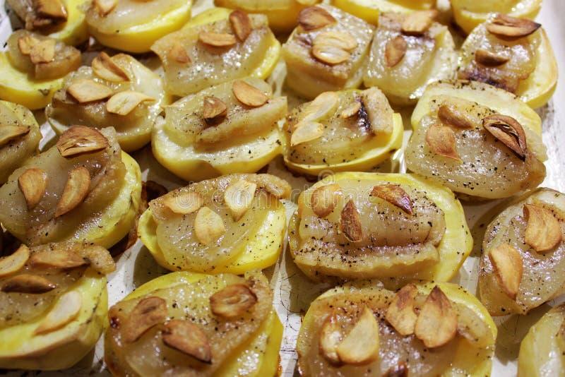 Patatas cocidas con ajo y tocino imagenes de archivo