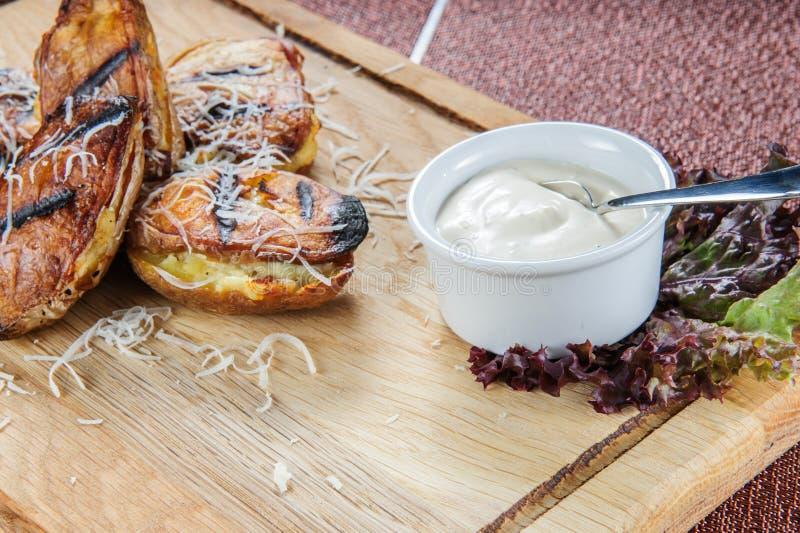 Patatas cocidas con la salsa cremosa blanca Comida vegetariana fácil y sana imagenes de archivo