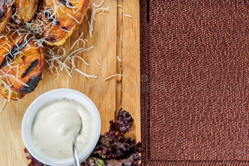 Patatas cocidas con la salsa cremosa blanca Comida vegetariana fácil y sana fotos de archivo libres de regalías