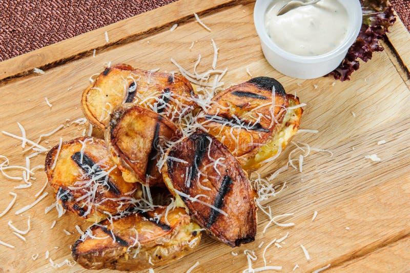 Patatas cocidas con la salsa cremosa blanca Comida vegetariana fácil y sana foto de archivo libre de regalías