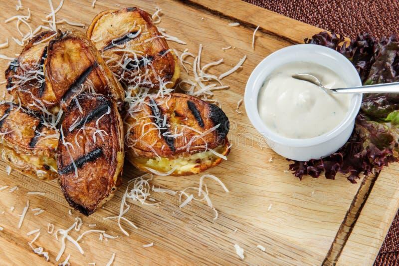 Patatas cocidas con la salsa cremosa blanca Comida vegetariana fácil y sana imágenes de archivo libres de regalías
