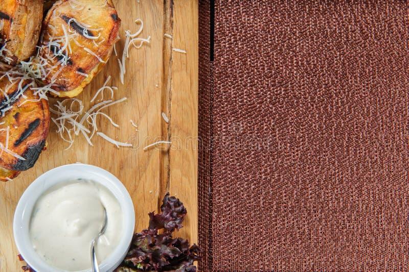 Patatas cocidas con la salsa cremosa blanca Comida vegetariana fácil y sana fotos de archivo