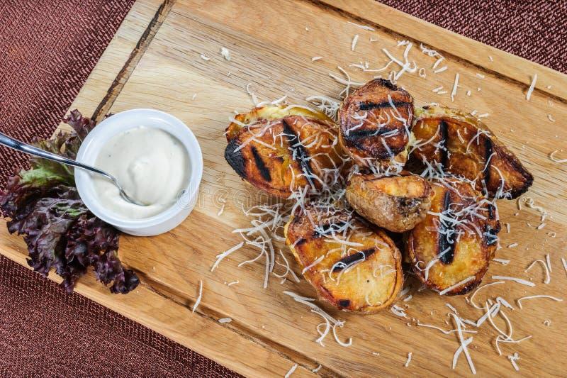 Patatas cocidas con la salsa cremosa blanca Comida vegetariana fácil y sana foto de archivo