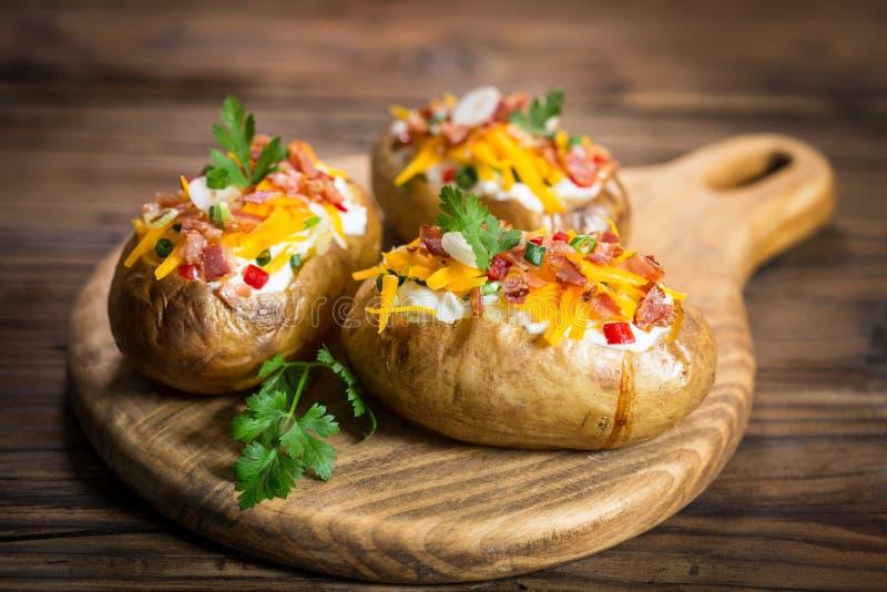 Patatas cocidas con queso y tocino imagen de archivo