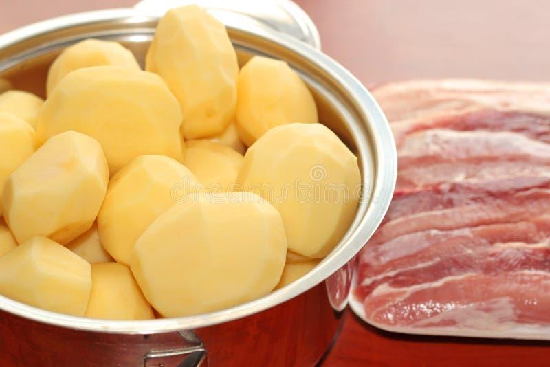 Patatas crudas de la carne Pote con las patatas imagen de archivo libre de regalías
