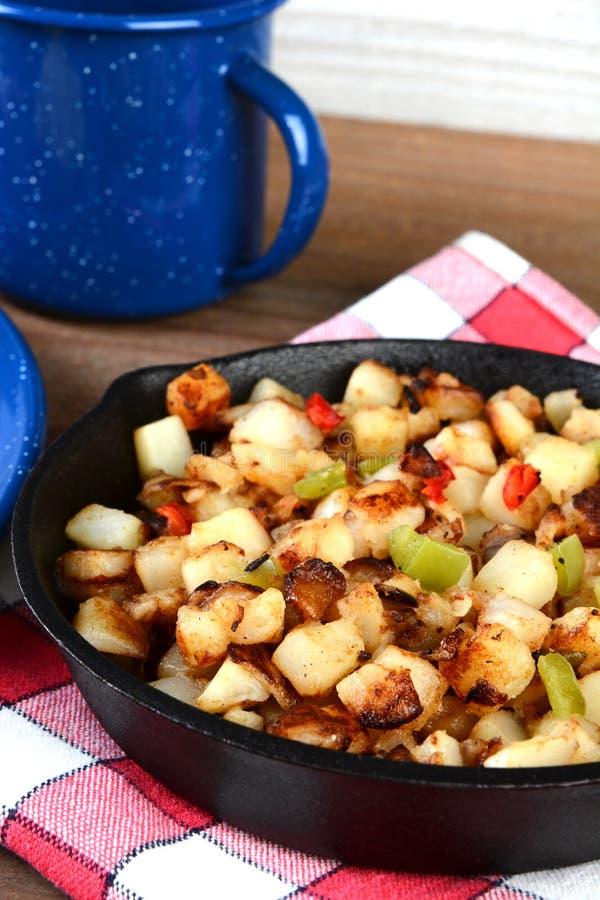 Patatas del desayuno del primer en sartén foto de archivo