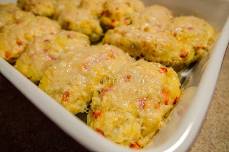 Patatas dos veces cocidas con queso derretido imagen de archivo libre de regalías