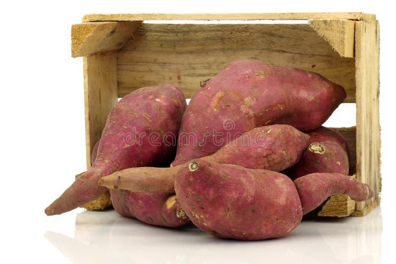 Patatas dulces en un embalaje de madera fotografía de archivo libre de regalías