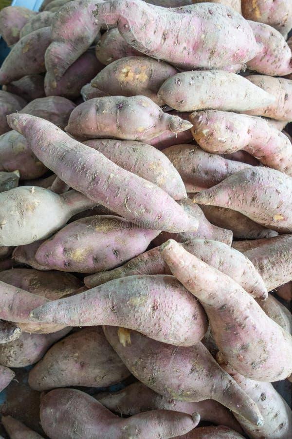 Patatas dulces que aguardan venta imagenes de archivo