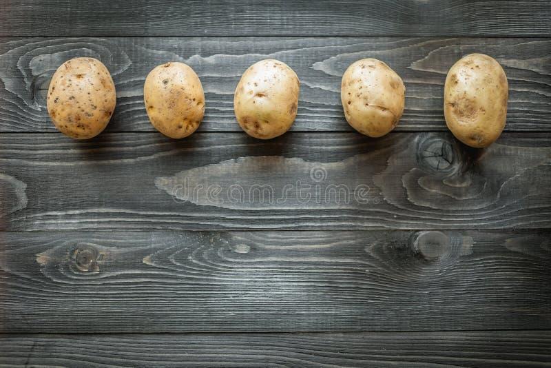 Patatas en fondo rústico de madera fotografía de archivo libre de regalías