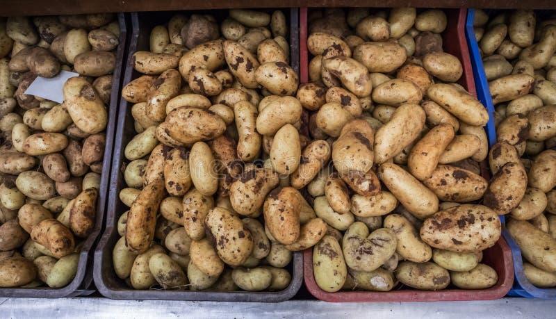 Patatas en mercado estupendo imagenes de archivo
