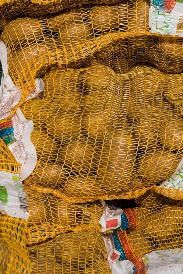 Download Patatas en un saco imagen de archivo. Imagen de estación - 100532047