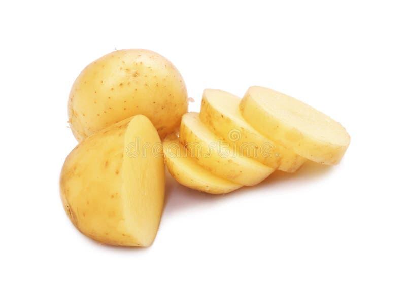 Patatas frescas aisladas sobre el fondo blanco Rebanadas redondas de la patata Forma de vida vegetariana Preparación para las com fotografía de archivo