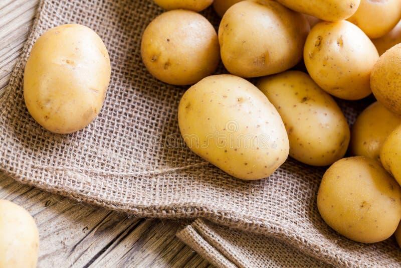 Download Patatas Frescas De La Granja En Un Saco De La Arpillera Imagen de archivo - Imagen de mercado, granja: 41913133