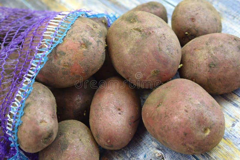Patatas frescas en una rejilla imagen de archivo libre de regalías