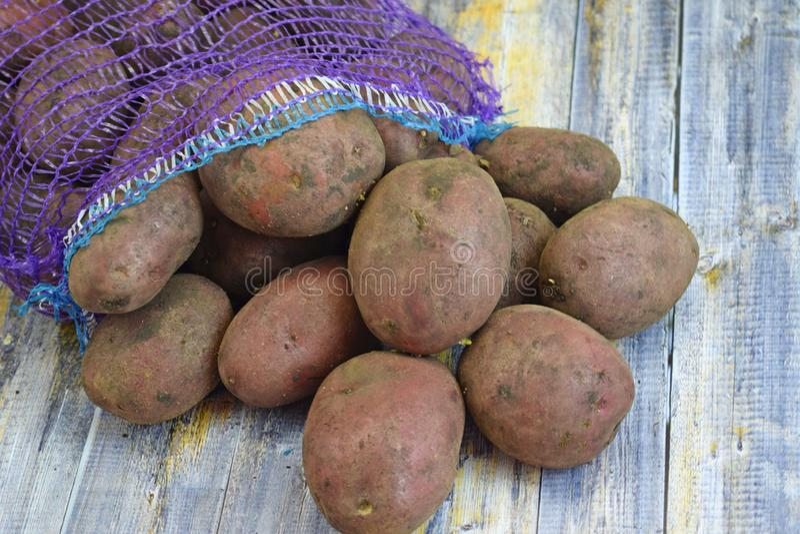 Patatas frescas en una rejilla fotos de archivo libres de regalías