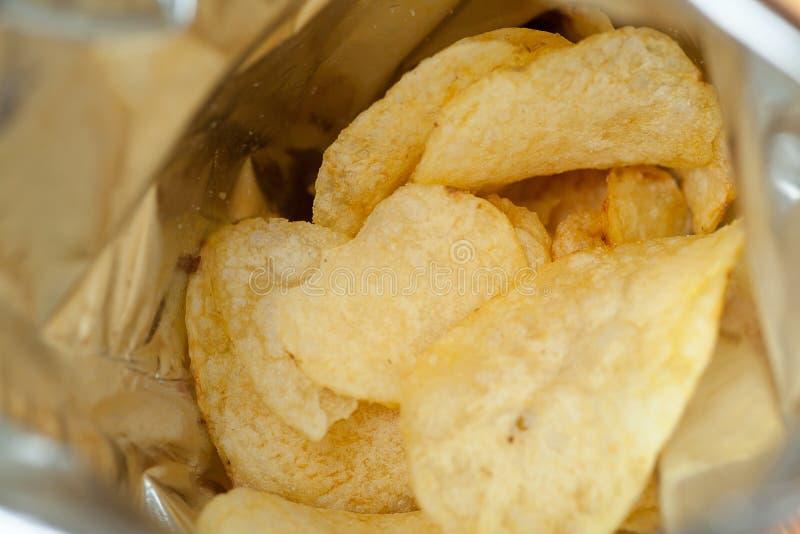 Patatas fritas abiertas del paquete imagen de archivo