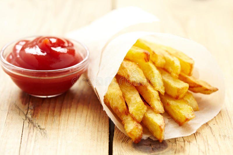 Patatas fritas con la salsa de tomate fotos de archivo libres de regalías